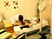 คุณหมอสาวลักหลับนักเรียนที่มาตรวจ โดนจับเขี่ยหีคาเตียง นมสวยหัวนมชมพูน่าเลียมากๆๆ