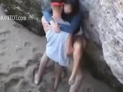 คู่รักวัยรุ่นแอบไปอึบกันริมชายหาด คนผ่านไปเยอะแยะไม่อายเลยครับ จับเมียโก่งตูดเเล้วเย็ด ตูดอย่างขาวเลยครับ