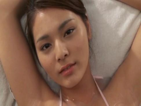นักเรียน ญี่ปุ่นหน้าตาโคตรน่ารักเลยครับ นอน ให้เอาน้ำมันมาทาหีแบบนี้รูดไปรูดมา เสียวน้ำแตก