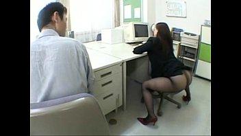 ครูสาวสวยนั่งเงี่ยนยั่วควยผอ.หนุ่มในห้องพักครูหุ่นเอ็กซ์หน้าเย็ดมากๆ ทนไม่ไหวจับกระแทกหีคาโต๊ะร้องลั่น