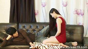 หนังอาร์18+ สาวเกาหลียั่วเย็ดเพื่อนหนุ่มจนควยโด่เย็ดกับคาโซฟาอย่างเด็ด ดูดหัวนมเลียหีเอาเนินหีถูหัวควยอย่างเสียวเย็ดร้อง