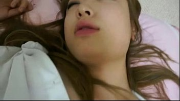 คลิปโป๊korean หนุ่มหื่นเห็นเพื่อนแฟนเมาเลยจับลักหลับเย็ดคาโซฟา เบรินหีเกี่ยวเบ็ตจนนํ้าเงี่ยนไหลกระเด้าหีต่ออย่างมันส์