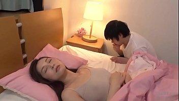 หนังโป๊xxx พี่ชายขี้เงี่ยนแอบย่องเข้าห้องน้องสาวมาลักหลับ จับเปิดเสื้อดูดหัวนมเขี่ยเม็ดแตดจนนํ้าหีไหล