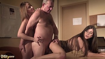 Sexy Porn ตาแก่ผู้กำกับหนังโป๊ชั้นนำลากดารามาเย็ด ควยยังปึ๋งปั๋งเย็ดหีฟิตสลับ2รูพร้อมกันสวิงกิ้งเพลินๆจนน้ำแตก